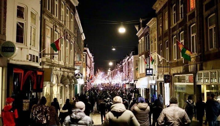 பல நூற்றுக்கணக்கான மக்கள் Maastricht வழியாக ஊர்வலமாக சென்றார்கள்