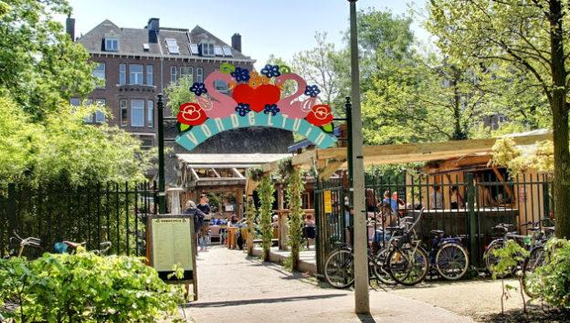 அழகான வானிலை காரணமாக  Amsterdamஇல் உள்ள Vondelpark இல் கடும் நெருக்கடி